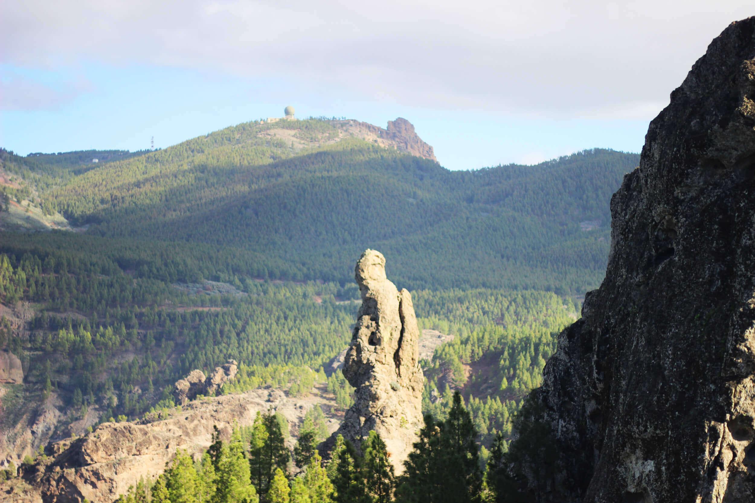 Roque conocido como El Fraile y Pico de Las Nieves en el fondo de la imagen.